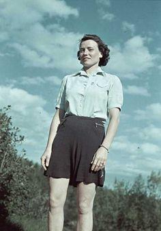 kvinna i svarta shorts. Hipster Crop Tops, Hipster Shirts, Black Crop Tops, 1940s Fashion, Daily Fashion, Fashion Photo, Vintage Fashion, 1940s Outfits, Outfits For Teens
