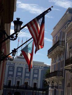 Oficina de administración y comunicación de Fortaleza. Las banderas aunque están en orden adecuado están en malas condiciones y la estrella de Puerto Rico está despintada y no es del color adecuado (blanco). 3:02pm