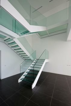 21 Beautiful Modern Glass Staircase Design - Home Design - Info Virals - New Fashion and Home Design around the World Rustic Staircase, Floating Staircase, Staircase Railings, Wooden Staircases, Stairways, Glass Stairs Design, Railing Design, Staircase Design, Staircase Ideas