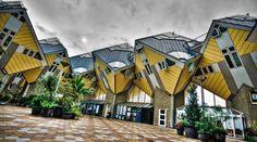 Cube houses In Olanda le chiamano Kubuswoningen. Le case cubiche di Piet Blom sono sorte nel 1984 a Rotterdam. Si tratta di 39 moduli abitativi che si intersecano l'uno con l'altro