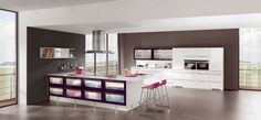 Beleuchtete Vitrinen sind eine Alternative zur raumgreifenden Ausleuchtung des Küchenbereichs.