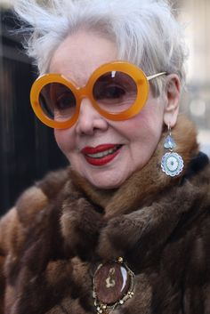 words of wisdom: 'A good pair of sunglasses is better than a facelift. It hides the ravages of time and lets you spy on people. 50 Y Fabuloso, Style Funky, Piel Natural, Advanced Style, Ageless Beauty, When I Grow Up, Aging Gracefully, Looks Style, Silver Hair