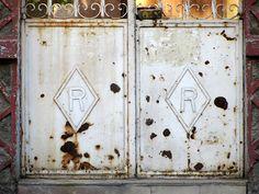 Cacería Tipográfica N° 403: Iniciales RR en el ingreso de una casa en la avenida Lima, Vallecito, Cercado de Arequipa.