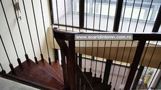scara interioara din lemn pe vanguri cu trepte suspendate pe corzi