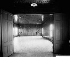 Château Roberval (Hôtel Beemer) Salle de réception sur la Pointe-Scott à Roberval Bathtub, Bathroom, Hui, Historical Pictures, Antique Pictures, Landscape Fabric, City, Bricolage, Standing Bath