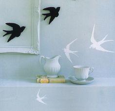 Depois das gaiolas, é agora a vez das andorinhas… que voaram diretamente para dentro das casas, proporcionando uma lufada de ar fresco à decoração, de forma delicada e original. Em cerâmica, nas paredes, nos lençóis ou à mesa, existem inúmeras formas de incluir estes pássaros – que são um símbolo de liberdade, mas também de amor e do aconchego do lar – na decoração. Vão aderir?