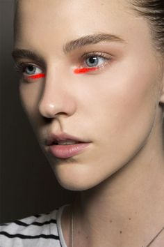 Lippenstift als Eyeliner-Ersatz. #flaconi #petersom #makeup