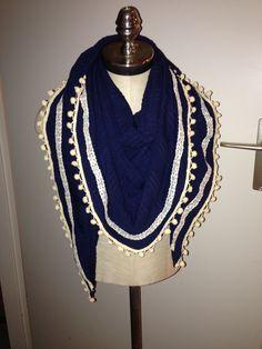 Donkerblauwe sjaal met ecru