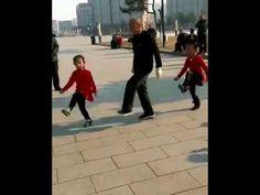 Hij stak zijn twee kleindochters aan met zijn liefde voor dansen. Bekijk hun gezamenlijke choreografie! - Deelze.nl