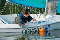 """""""Es gibt keine Behinderung, mit der man nicht segeln könnte"""", lautet das Motto von """"physiosail"""", mit dem die 31jährige Physiotherapeutin im Juni 2010 am Aasee im westfälischen Münster startete. In Kooperation mit der Yachtschule Overschmidt entwickelte sie Segelkurse für Menschen mit Behinderungen, die beispielsweise einen Schlaganfall erlitten haben."""