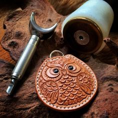 He is co cute Leather Gifts, Leather Stamps, Leather Art, Sewing Leather, Leather Design, Leather Workshop, Leather Keychain, Leather Accessories, Decoration Noel