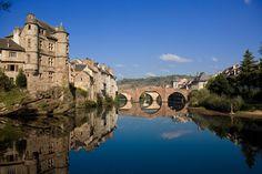 Espalion (Francia)-Parte de una de las posibles rutas jacobeas por suelo francés, el pueblo de Espalion es célebre por su Pont-Vieux, fechado en el siglo XIII y Patrimonio de la Humanidad, y por el bello castillo que se levanta sobre una de las orillas del río Lot a su paso por la localidad, totalmente imprescindible como su pintoresco mercado.