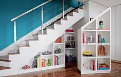 A estante da arquiteta Gabriela Marques é uma peça dupla que ocupa toda a profundidade debaixo da escada, de 90 cm. Uma parte é móvel, com rodízios de silicone escondidos. Dentro, as prateleiras guardam brinquedos em desuso e materiais de papelaria