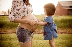 I don't usually really care for pregnancy pics but this is too cute !!!!