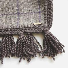 pattern of the day: fringes and check fabric!! All wool and alpaca.. what will be??   pattern del giorno: frange e tessuto a quadri tutto misti lana e alpaca! Cosa sarà???   #instadaily #instalover #crastycraft