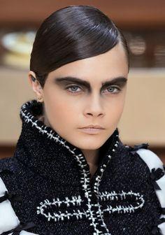 Le chignon avec cheveux plaqués et raie sur le côté du défilé Chanel