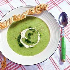 Romige courgettesoep: 2 uien  2 courgettes 12 el olijfolie  1 teen knoflook 1 tl gedroogde Provençaalse kruiden  1 liter groentebouillon (van tablet) 15 g munt (bakje)  250 ml slagroom (pak à 500 ml)