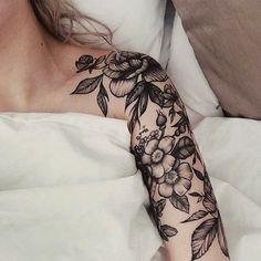 tattoo arm frau, tätowierung in schwarz und grau, blumen