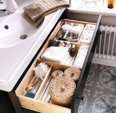 Astuce n°4 - Organisez vos tiroirs  Organisation des tiroirs = gain de place dans la salle de bains  http://www.homelisty.com/astuces-gain-de-place-petite-salle-de-bains/