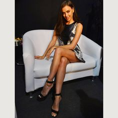 When sitting with your legs visible like Irina Shayk crossing your legs directly in front of you in a photo cuts your... Photo Tips, Photo Poses, Photo Ideas, Photo Shoot, Irina Shayk Photos, That Look, How To Look Better, Sitting Poses, Short Torso