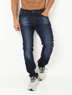 Jeans elásticos com corte direito.