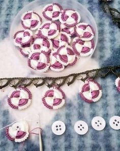 How to make this pattern you can see step step at photos. Crochet Borders, Crochet Flower Patterns, Crochet Flowers, Crochet Stitches, Knitting Patterns, Crochet Buttons, Diy Buttons, Crochet Trim, Crochet Lace