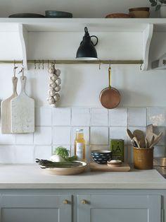 Dinesen country side home. Nordic Kitchen, Prep Kitchen, Kitchen Dining, Kitchen Decor, Shaker Style Kitchens, Shaker Kitchen, Kitchen Tiles, Knoxhult Ikea, Oak Shelves