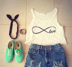 #moda #juvenil Top blanco con el signo de infinito, short, pulsera dorada, pañuelo negro y playeras verdes