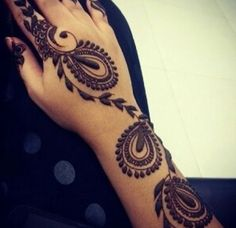 Arabic Mehndi designs are known for their striking color and bold pattern. The best thing about Arabic Mehndi design is that they are very Mehandi Designs, Arabic Mehndi Designs, Henna Tattoo Designs, Mehndi Images, Heena Design, Arabic Design, Mehndi Tattoo, Henna Mehndi, Hand Henna
