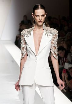 the focus on this outfit is on the gold decal, this draws the viewers eye up the arms, elongating them and strengthening the neck White Fashion, Love Fashion, Fashion Show, Couture Fashion, Runway Fashion, Womens Fashion, Fashion Details, Fashion Design, Glamour