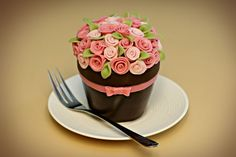 Flower Pot Cake This cake was inspired by the amazing Cupcake Envy cake designers. I LOVE their mini cakes and especially their flower pots. Cupcakes Bonitos, Cupcakes Decorados, Cupcakes Cool, Beautiful Cupcakes, Spring Cupcakes, Spring Cake, Cupcake Rose, Cupcake Cakes, Cup Cakes