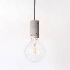 Du hast Lust einfach mal ein bisschen abzuhängen, ohne viel Tamm-Tamm? Dann ist dieser Single-Down-Lighter genau das richtige für dich! Seine minimalistische Form wird dezent durch einen Ring aus Holz abgerundet (Holzfarbe kann auf Wunsch angepasst werden). Die schlanke und reduzierte form stellt den eigentlichen Held des Lichts in den Vordergrund: Die Glühbirne. Gerade XXL Vintage Glühbirnen kommen mit dieser Fassung voll zur Geltung. Höhe: 10cm Durchmesser: 5cm Fassung: E27
