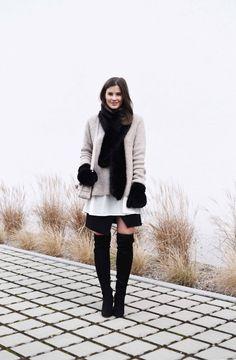 WWW.FASHIIONCARPET.COM  fashiioncarpet-nina-schwichtenberg-fashionblogger-germanfashionblogger-over-the-knee-boots-overknees-proenza-schouler-ps-11-beige-fake-fur-faux-fur-gloves-scarf-layering-streetstyle-trend