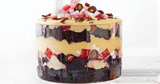 This rocky road trifle is a decadent new spin on the traditional trifle recipe. Christmas Trifle, Christmas Desserts, Christmas Recipes, Christmas Things, Aussie Christmas, Christmas Lunch, Christmas Goodies, Holiday Treats, Christmas Treats