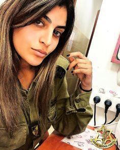IDF - Israel Defense Forces - Women.✡ Israeli Female Soldiers, Idf Women, Military Women, Beautiful Women, Ssbbw, Brunettes, Weapons, Police