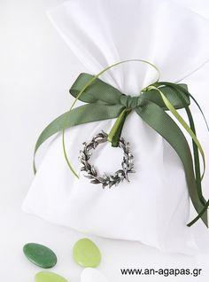 Μπομπονιέρα γάμου πουγκί λευκό λονέτα στεφάνι – Favor Kit | an-agapas.gr Wedding Favors, Wreaths, Decor, Wedding Keepsakes, Decoration, Door Wreaths, Deco Mesh Wreaths, Decorating, Favors