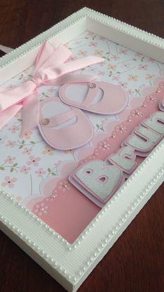 Quadro para porta de maternidade ou quartinho do bebê, feito todo em papel gramatura alta, tamanho 23,5 x 18,5 x 1,5 cm. Vai com um suporte para utilização do quadro sobre uma bancada ou prateleira depois. O tema e cores podem ser modificados se desejar.