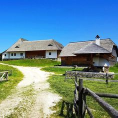 Traditional lifestyle #romania #bran #sun #sky #travelphotography #oldhouse #instamood #travel #haisitu www.haisitu.ro