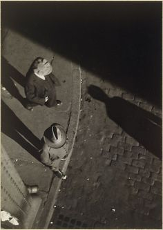 Walker Evans - Pedestrians at Curb, Seen from Above, New York City (1928)