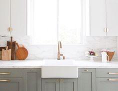 Transforma tu cocina sin obra en 10 pasos – Tavara Muebles Kitchen Reno, New Kitchen, Kitchen Remodel, Kitchen Design, Kitchen Cabinets, Kitchen Ideas, Sarah Sherman Samuel, Kitchen Hardware, Cabinet Design
