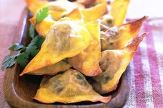 Beef wonton triangles with chilli sauce Wonton Recipes, Sauce Recipes, Appetizer Recipes, Cooking Recipes, Avocado Recipes, Italian Appetizers, Beef Recipes, Cooking Tips, Vegetarian Recipes