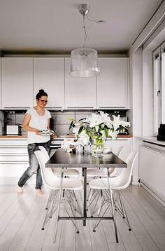 Avokeittiö on edellisten asukkaiden remontoima, joskin kuvien ottamisen jälkeen keittiö sai uuden kokovalkoisen ilmeen. Valaisin Kartell, pöytä Ikea ja tuolit Vitra.
