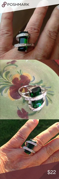MODERN GREEN STONE AND CRYSTAL SILVER-TONE RING 7 Very modern looking ring with a large 3ct green square stone. Crystals along the top two bands. Silver tone. Brand new from manufacturer. Size 7 Jewelry Rings