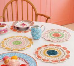 """Sousplat   (""""prato de baixo"""", do francês)   Uma mesa montada com sousplat fica, sem dúvida, muito mais charmosa. O sousplat deve ult..."""