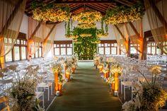 Decoração da cerimônia com flores suspensas - Casamento Viviane Lopes e Vitor Diniz