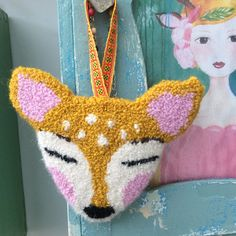 A sweet deer in front of the wall. Material Alpaca wool and pure wool. Size cm It's the deer on the picture Want a different color or a larger deer. Punch Needle, Rug Hooking, Fiber Art, Needlepoint, Knit Crochet, Diy And Crafts, Dinosaur Stuffed Animal, Weaving, Cross Stitch