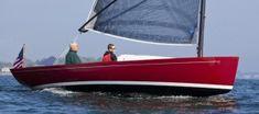 Marblehead 22 daysailer sailing in Marblehead, MA.  Si vous aimez les petits bateaux et les lignes classiques, vous ne serez peut-être pas insensible au charme de ce Marblehead 22. Un très joli day-boat ultra-chic fabriqué de l'autre coté de l'Atlantique. La qualité des finitions et le design peuvent rappeler des productions hexagonales, comme les célèbres Tofinou du chantier Latitude 46. Mais ce voilier est tout à fait particulier…