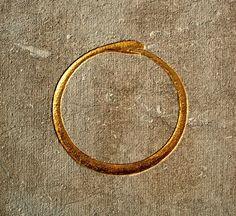 Ouroboros ornant le mausolée Goblet d'Alviella. Construction 1887-1889, Wallonie, Belgique, architecte : Adolphe Samyn. L'ouroboros, le serpent qui se mord la queue, symbolise le cycle du temps et de l'éternité.