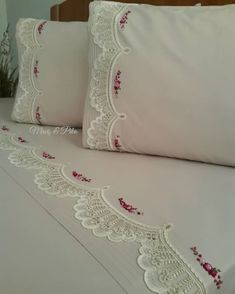 Image may contain: indoor Hand Work Embroidery, Embroidery Patterns Free, Chandelier Wedding Decor, Motifs Perler, Felt Pillow, Crochet Lace Edging, Crafts Beautiful, Shabby Chic Bedrooms, Diy Hair Accessories