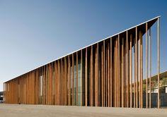 Spanish Pavillion at Expo Zaragoza ( 2008 )| Francisco Mangado 2008 年世博會西班牙國家館,由眾多細柱所支撐的一座三角薄型屋頂綠建築。在西班牙國立再生能源中心生態氣候設計專家的協助之下,筆直纖細狀似蘆葦或竹子的陶柱,彷彿是陽光穿透的樹林;陶柱內部包覆金屬管,管內水流產生氣流及微氣候冷卻效應,而屋頂則佈滿太陽能發電、雨水回收等系統。西班牙總理 José Luis Zapatero 宣稱此建築在博覽會結束後轉為氣候變遷研究中心。